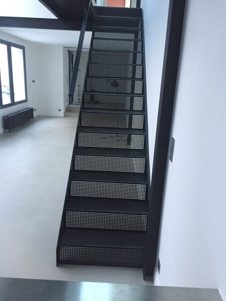 PHIMETAL-Metallerie-Varreddes-Meaux-77-Escalier-en-tole-perforee